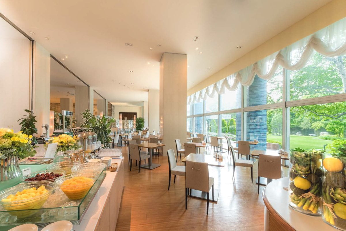 Piare is a terrace restaurant featuring large windows facing the courtyard. Slow time passes in the store where you can feel the changes of the four seasons in Nakajima Park.